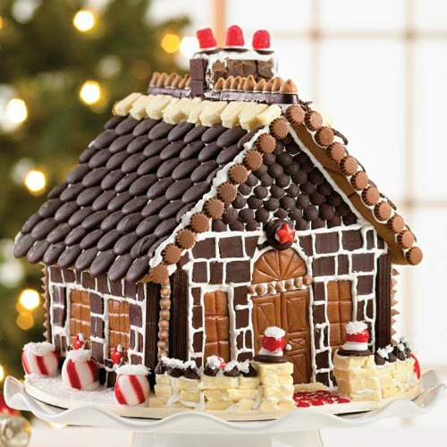 Pictures of decorated gingerbread houses one hundred for Cool designs for gingerbread houses