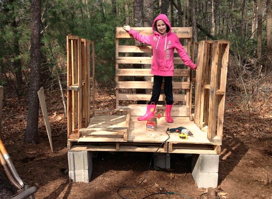 Heather 39 s chicken coop made from recycled wood pallets for How to build a chicken coop from wooden pallets